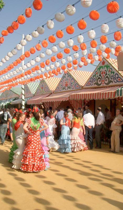 Gente disfrutando en la Feria de Abril