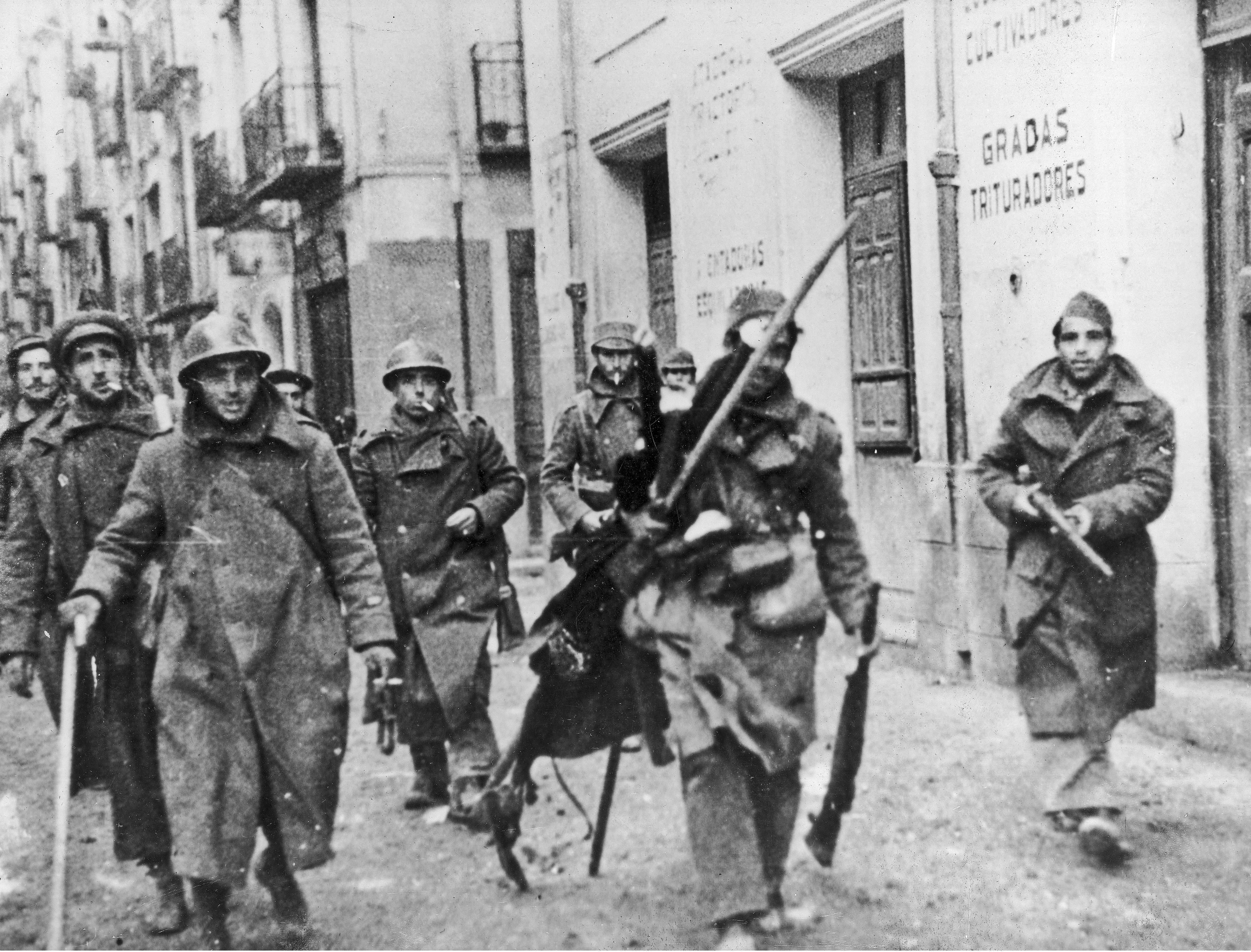 Soldados republicanos trasladándose al combate