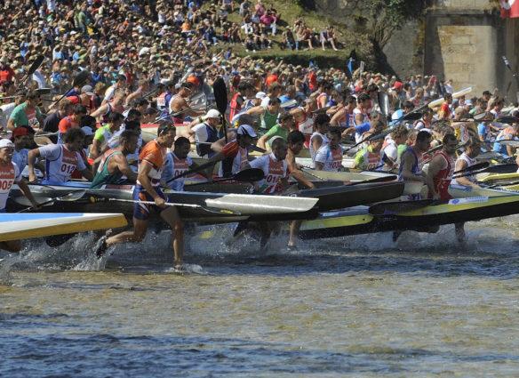 Concursantes entrando al agua