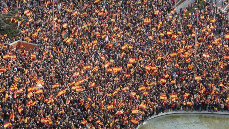 Manifestantes con banderas de España
