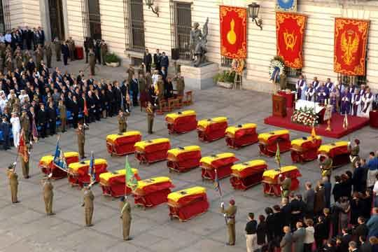 Féretros cubiertos por la Bandera de España