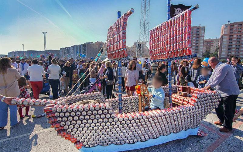 Barco creado con latas recogidas para El Arrastre