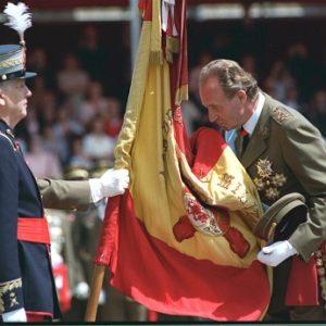 Rey don Juan Carlos I en una jura de bandera